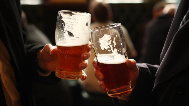 Una fuente de cerveza para el público
